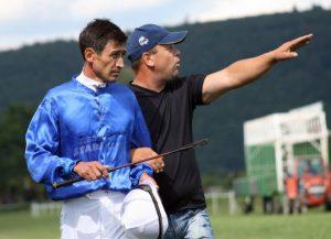 Mirsad Memagić - Terijer u Bihaću daje posljednje upute džokeju Arthuru Rasulovu prije početka utrke